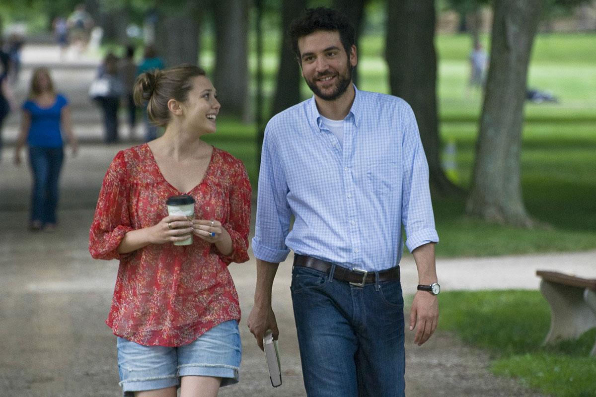 Els protagonistes de Liberal Arts passejant per un parc