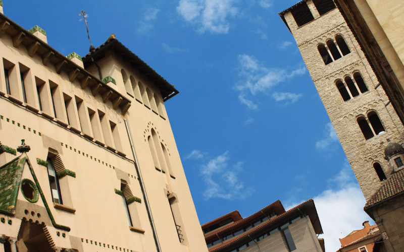 Foto artística de la torre de la Catedral de Vic