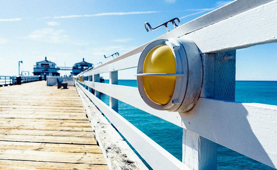 Una pasarel·la de fusta al port