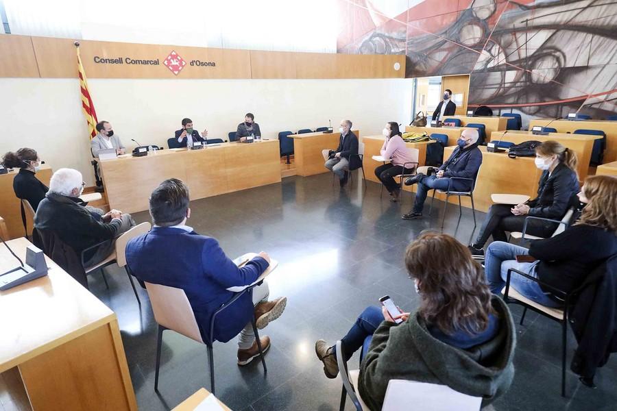 Una imatge de la trobada entre Chakir El Homrani i els impulsors del PGAC