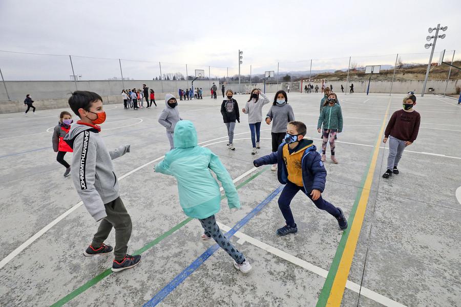 Els infants es reparteixen en diversos espais del pati per realitzar les activitats